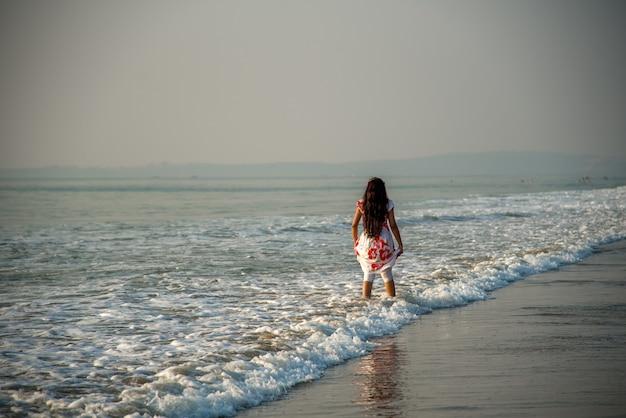 Szczęśliwa indyjska kobieta, ciesząc się wakacjami na plaży.