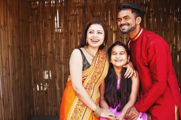 Szczęśliwa indyjska rodzina w etnicznych ubraniach