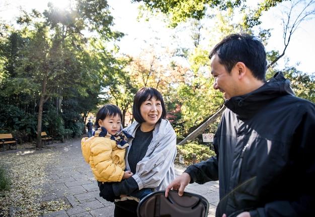 Szczęśliwa japońska rodzina wydaje czas plenerowego