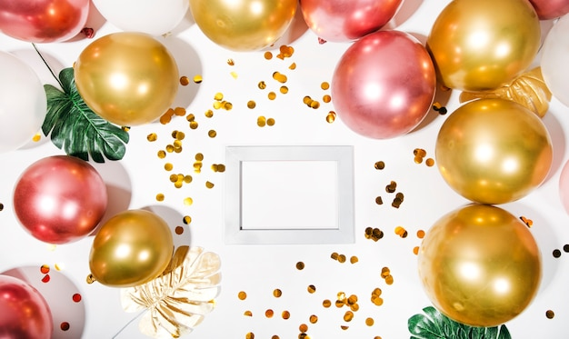 Szczęśliwa karta urodzinowa płaski widok z góry modna koncepcja wakacyjna