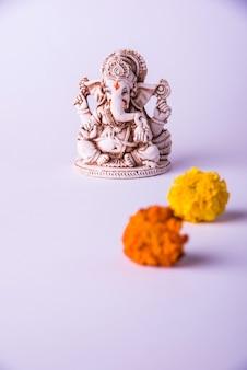 Szczęśliwa kartka z życzeniami ganeśćaturthi wykorzystująca fotografię pana ganapati idol lub boga słonia religii hinduskiej