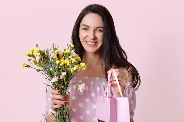 Szczęśliwa kaukaska młoda kobieta z zdrową skórą