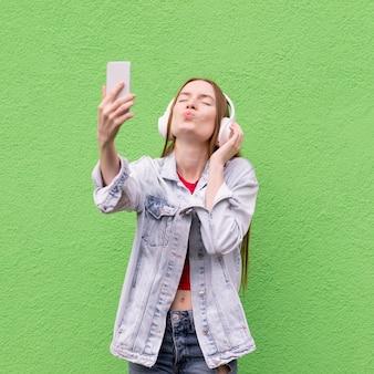 Szczęśliwa kobieta bierze selfie