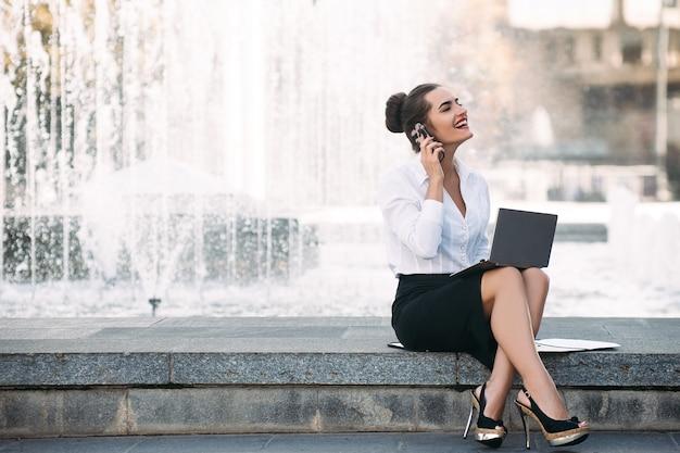 Szczęśliwa kobieta biznesu styl życia laptop koncepcja procesu pracy na zewnątrz