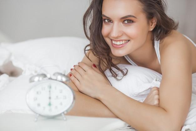 Szczęśliwa kobieta budzi się rano. czuć się dobrze