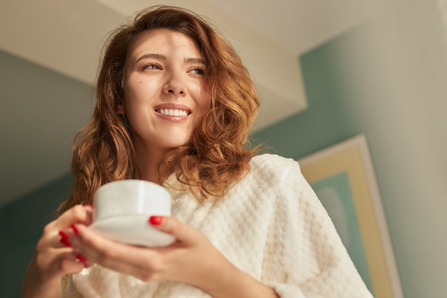 Szczęśliwa kobieta ciesząc się poranną kawą