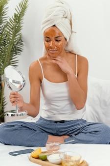 Szczęśliwa kobieta czeka, aż jej maska na twarz zadziała