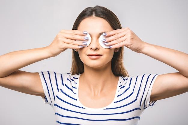 Szczęśliwa kobieta czyszczenie twarzy wacikami