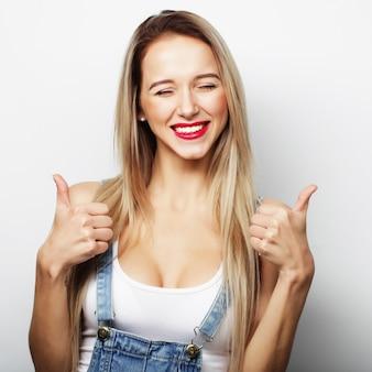 Szczęśliwa kobieta daje kciuk do góry. obraz stylu życia.