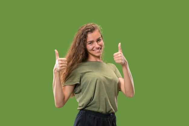Szczęśliwa kobieta daje kciuki do góry