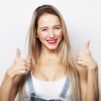 Szczęśliwa kobieta daje kciukowi. obraz stylu życia.