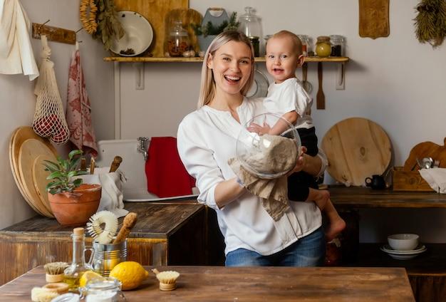 Szczęśliwa kobieta i dzieciak średni strzał