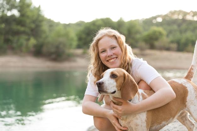 Szczęśliwa Kobieta I Jej Najlepszy Przyjaciel Darmowe Zdjęcia
