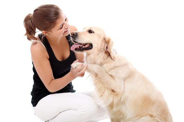 Szczęśliwa kobieta i jej piękny pies