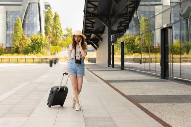Szczęśliwa kobieta idzie na wakacje