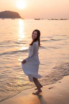 Szczęśliwa kobieta iść podróż na tropikalnej piasek plaży w lecie