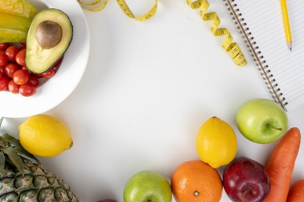 Szczęśliwa kobieta jedzenia zdrowe jedzenie czyste jedzenie zdrowe, czyste