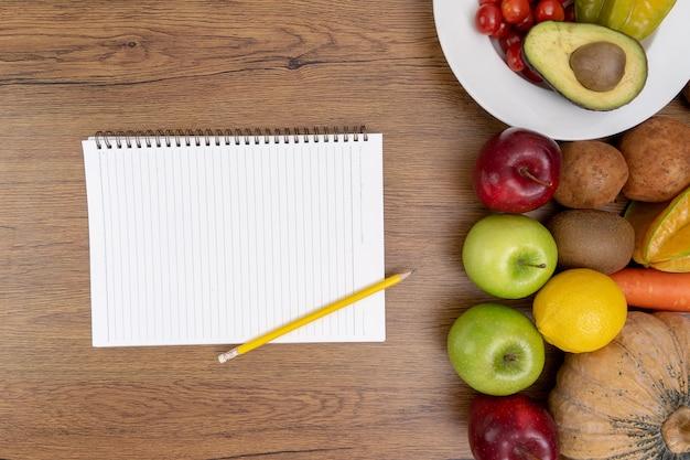 Szczęśliwa kobieta jedzenie zdrowa żywność czyste jedzenie zdrowe czyste
