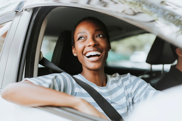 Szczęśliwa kobieta jedzie samochód
