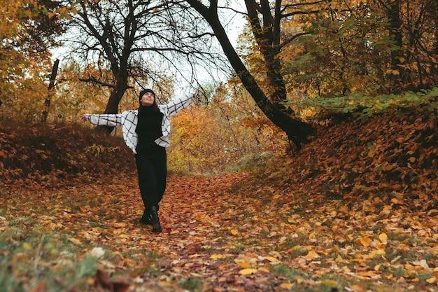 Szczęśliwa kobieta jesień miasto park miasto na tle kopii przestrzeni