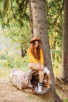 Szczęśliwa kobieta korzystających z jesiennej natury piękny krajobraz koncepcja podróży stylem życia