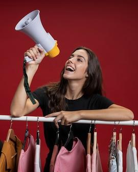 Szczęśliwa kobieta krzyczy przez megafonu
