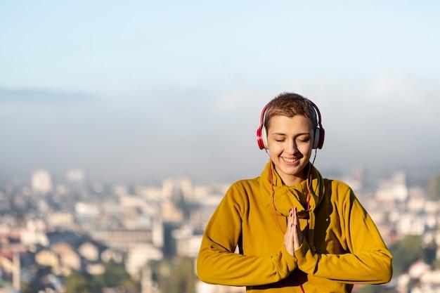 Szczęśliwa kobieta medytuje środka strzał