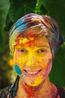 Szczęśliwa kobieta na holi koloru festiwalu
