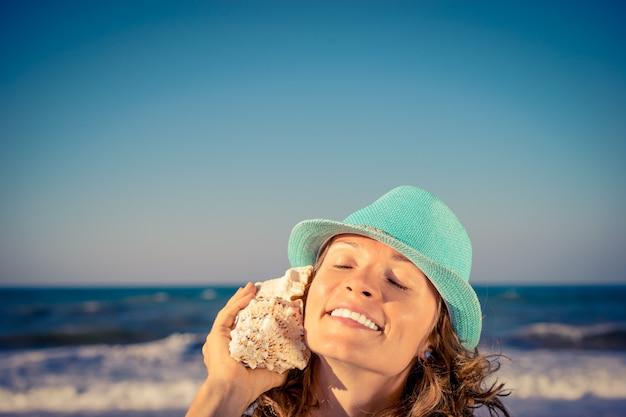 Szczęśliwa kobieta na plaży koncepcja letnich podróży i wakacji