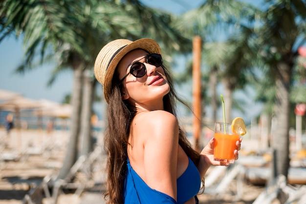Szczęśliwa kobieta na plaży