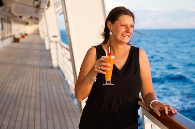 Szczęśliwa kobieta na statku wycieczkowym