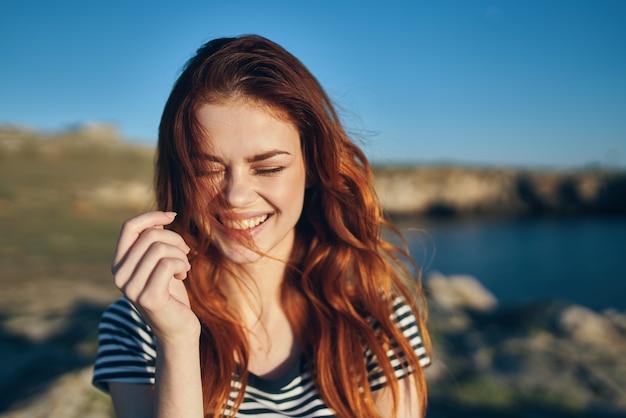 Szczęśliwa kobieta na wakacjach w przyrodzie w górach w pobliżu rzeki zabawy emocjami