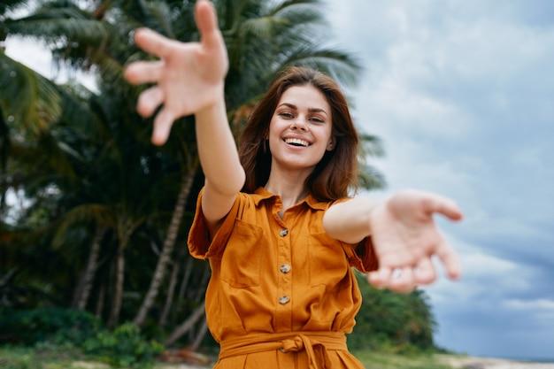 Szczęśliwa kobieta na wyspie