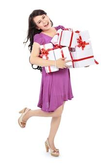 Szczęśliwa kobieta niesie mnóstwo prezenty