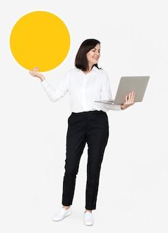 Szczęśliwa kobieta niesie notatnika i trzyma deskę