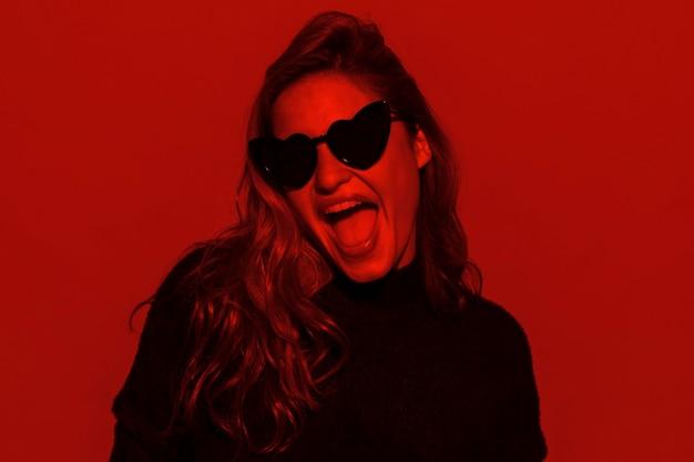 Szczęśliwa kobieta nosi okulary przeciwsłoneczne