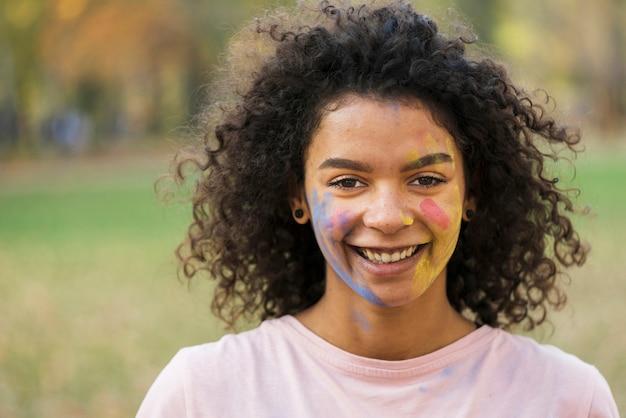 Szczęśliwa kobieta ono uśmiecha się z malującą twarzą