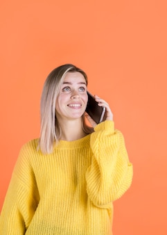 Szczęśliwa kobieta opowiada na telefonie
