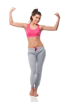 Szczęśliwa kobieta osiągając wagę docelową