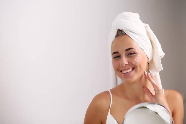 Szczęśliwa kobieta po kąpieli z czystą, idealną skórą