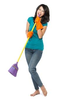Szczęśliwa kobieta podekscytowana podczas czyszczenia