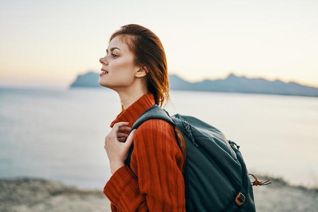 Szczęśliwa kobieta podróż turystyka plecak ocean góry morze