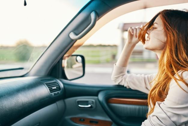 Szczęśliwa kobieta podróżuje samochodem