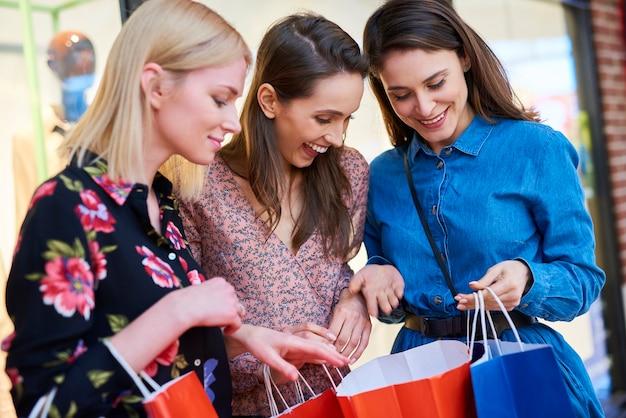 Szczęśliwa kobieta pokazująca to, co kupiła