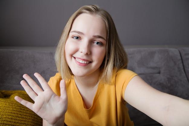 Szczęśliwa kobieta portret fala ręcznie pozdrawiająca widok z kamery internetowej młoda piękna kobieta rozmawiająca przez wideo