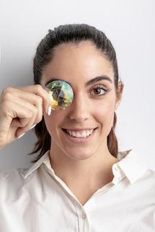 Szczęśliwa kobieta pozuje z diamentowym nakrycia okiem