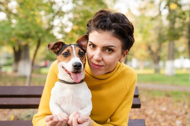 Szczęśliwa kobieta pozuje z jej psem