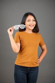 Szczęśliwa kobieta pozuje z okularami migawkowymi
