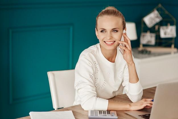 Szczęśliwa kobieta pracująca w biurze