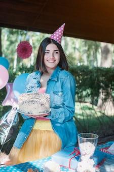 Szczęśliwa kobieta przy przyjęciem urodzinowym